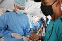صورة مدير منظمة الصحة العالمية يدعو إلى التضامن في التمويل لضمان المساواة في الحصول على لقاح كوفيد-19 في المستقبل