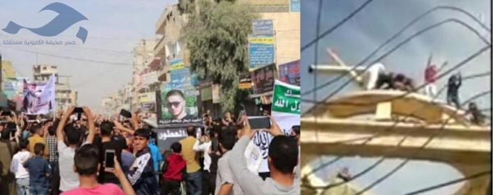 الطبقة - برعاية قسد.. متظاهرون يحطمون صليب كنيسة الطبقة ويرفعون صورة قاتل المدرس الفرنسي (فيديو)