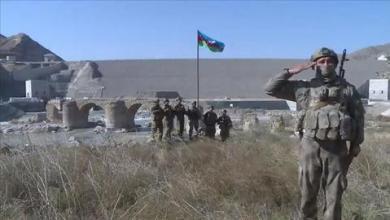 """صورة علم أذربيجان يرفرف على جسر """"خودافرين"""" التاريخي بـ""""قره باغ"""""""