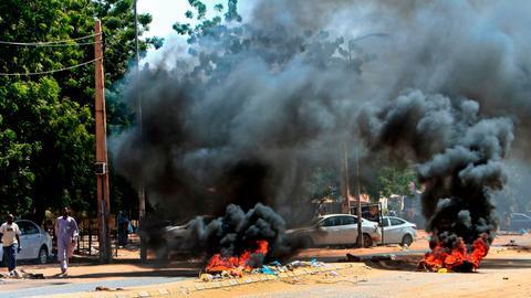 1603291123 9316442 3058 1722 16 145 - مظاهرات السودان.. غاز مسيل للدموع وإغلاق طرق بالخرطوم