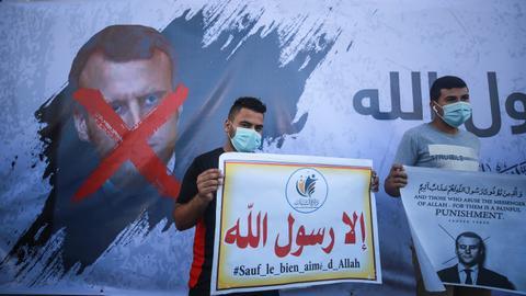 1603957416 9389410 2807 1581 11 188 - مسلمو العالم يواصلون الاحتجاج ضد تصريحات ماكرون ومواقف فرنسا من الإسلام