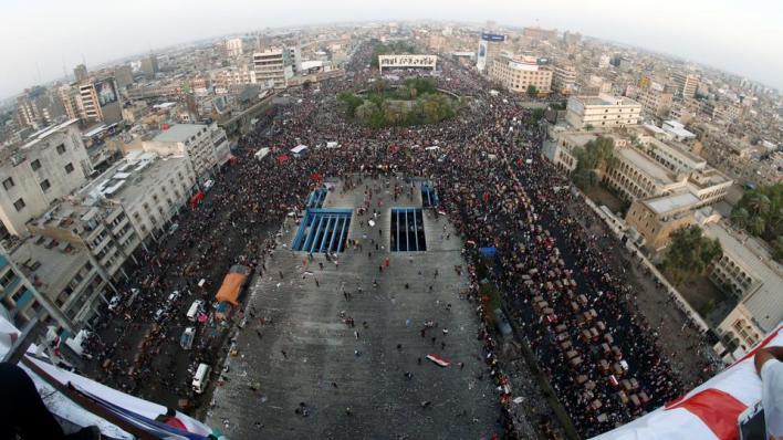 في أكتوبر/تشرين الأول الماضي أغلق محتجون ضد الفساد وسوء الظروف المعيشية ساحة التحرير بالخيام، التي تحولت لاحقاً إلى مركز الحراك الشعبي في العاصمة