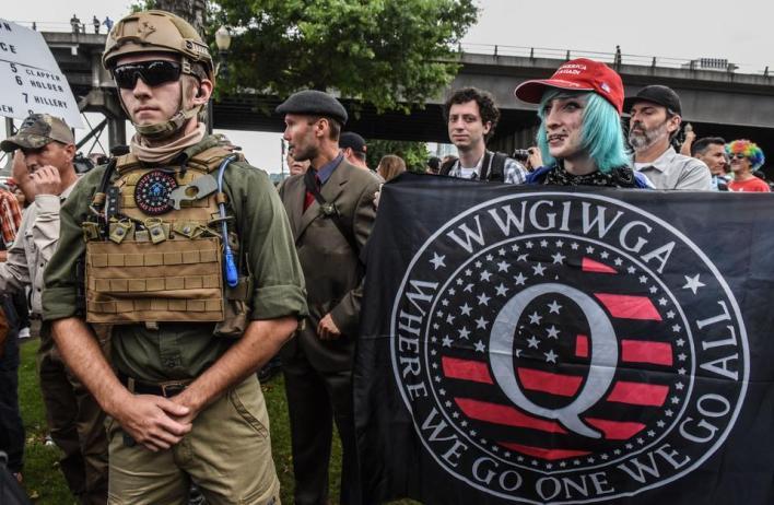 يتمتع ترمب بتأييد المليشيات اليمينية المسلحة وحركة كيو آنونQAnon التي تروج لنظريات المؤامرة