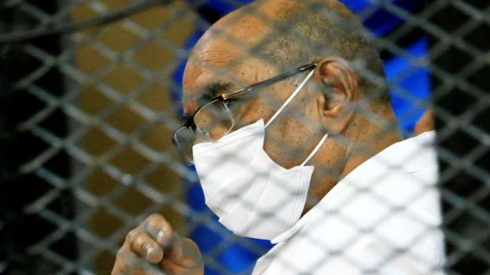 البشير مطلوب لدى المحكمة الجنائية الدولية بسبب اتهامات بارتكاب جرائم حرب وإبادة جماعية وجرائم ضد الإنسانية في إقليم دارفور