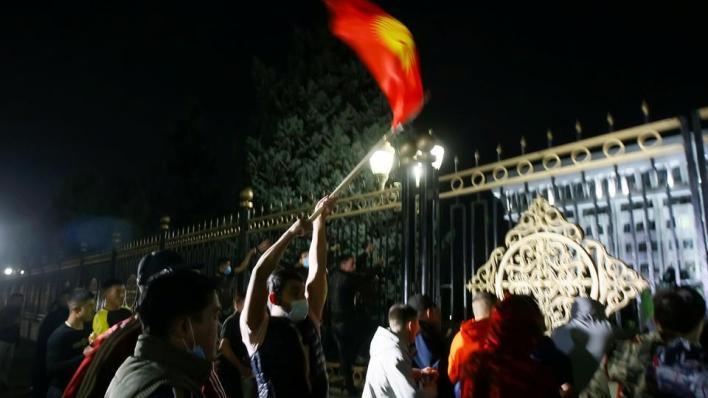 متظاهرون في قيرغيزستان يستولون على مقر السلطة ويطلقون سراح الرئيس السابق ألمازبيك أتامباييف