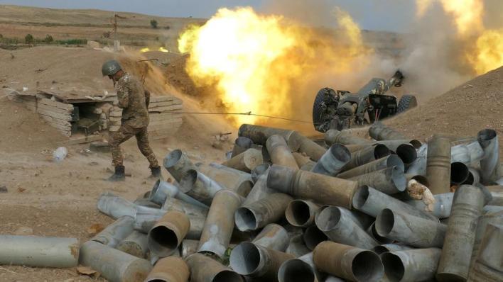 منذ 27 سبتمبر/أيلول الماضي تتواصل اشتباكات على خط الجبهة بين البلدين، إثر إطلاق الجيش الأرميني النار بكثافة على مواقع سكنية في قرى أذربيجانية