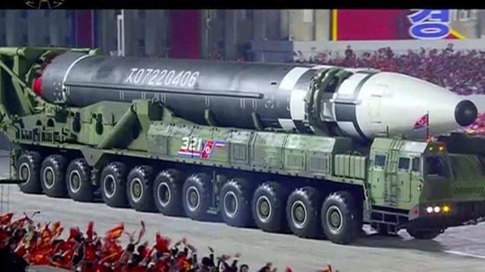 كشفت كوريا الشمالية عن صاروخ باليستي جديد عابر للقارات خلال عرض عسكري غير مسبوق أًقيم في العاصمة بيونغيانغ