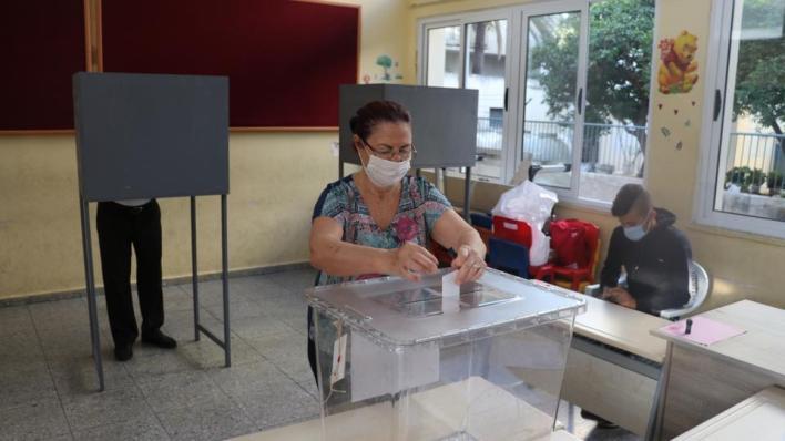 الناخبون في جمهورية شمال قبرص التركية يتوجهون إلى صناديق الاقتراع للإدلاء بأصواتهم في الجولة الثانية من الانتخابات الرئاسية