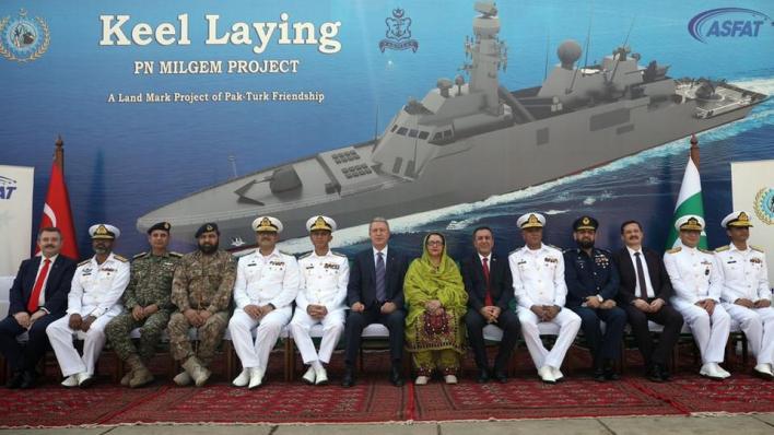 9354595 980 552 21 2 - وزير الدفاع التركي يشارك في مراسم وضع طراد تركي بمزلقة السفن في باكستان
