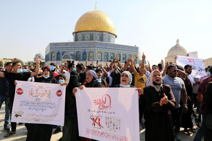 شارك آلاف الفلسطينيين في مظاهرات بالضفة الغربية المحتلة نصرة للنبي محمد وتنديداً بالإساءة الفرنسية للإسلام