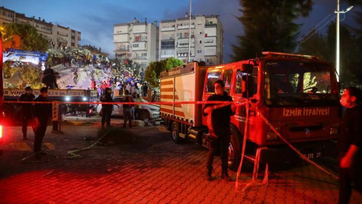 9405675 2806 1580 13 218 - زلزال إزمير.. وفاة 12 شخصاً وفرق الإنقاذ تواصل عملها