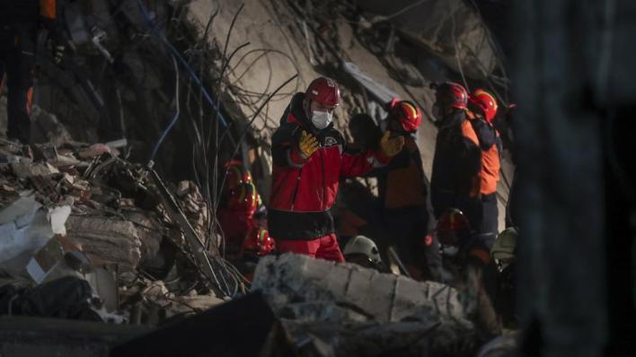 استمرار عمليات البحث والإنقاذ في 9 أبنية من أصل 17 تضررت جراء زلزال إزمير
