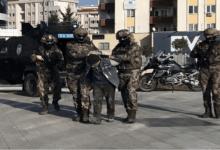 صورة الجهادي أبو سلمان الفرنسي في قبضة السلطات الفرنسية بعد ترحيله من تركيا