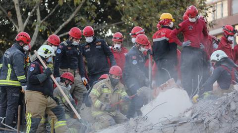 1604326649 9432907 2923 1646 13 181 - ارتفاع عدد ضحايا زلزال إزمير إلى 85