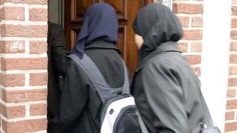 1605684143 9566766 854 481 4 2 - القضاء السويدي يلغي قرار حظر الحجاب بالمدارس