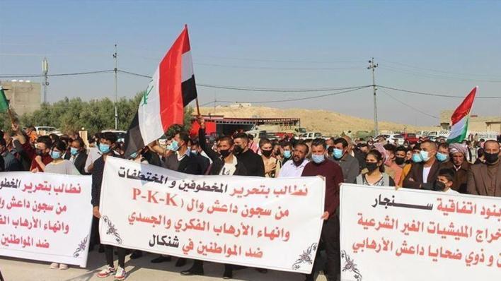 عشرات النازحين يتظاهرون في محافظة دهوك شمالي العراق للمطالبة بتحرير المختطَفين والمختطَفات وإعادتهم إلى ديارهم