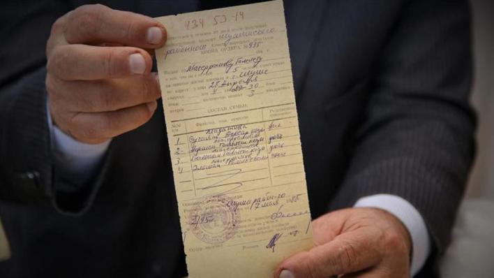 سكان مدينة شوشة الذين نزحوا منها قبل 28 عاماً يُخرِجون وثائق ملكياتهم بعد تحرير المدينة من الاحتلال الأرميني