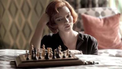 """صورة كيف خدعك مسلسل """"مناورة الملكة"""" لتحبّ الشطرنج؟"""