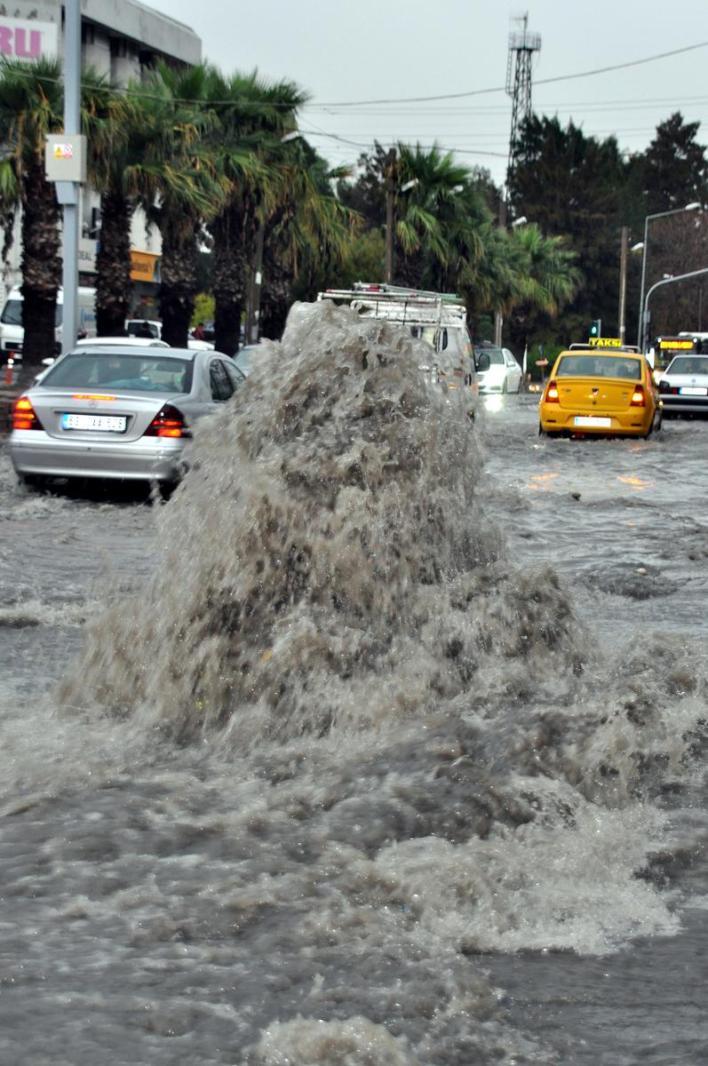 aa picture 20151024 6613246 web - بالصور و الفيديو أمطار غزيرة في إزمير تتسبب بالفيضانات والسيول