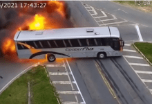 صورة بالفيديو..انفـ.ـجار سيارة أجرة وحافلة نقل إثـ.ـر اصطـ.ـدام عنـ.ـيف وسط الشارع