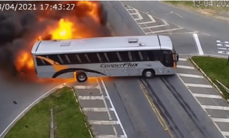 Screenshot 19 - بالفيديو..انفـ.ـجار سيارة أجرة وحافلة نقل إثـ.ـر اصطـ.ـدام عنـ.ـيف وسط الشارع
