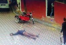 صورة شاهد بالفيديو.. شاب تركي بقـ.ـتل زوج والدته السابق في شوارع ازمير