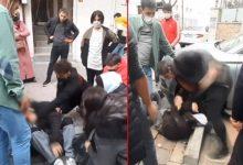صورة بالفيديو.. أقارب أتراك يضـ.ـربون شاب تحـ.ـرش بإحدى زوجات أقاربهم في شوارع اسطنبول