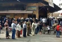 """صورة شاهد.. الأمن يعتـ.قل امـ.ـرأة بعد أن شـ.تمت """"بشار الأسد"""" خلال وقوفها على طابور الخبز"""