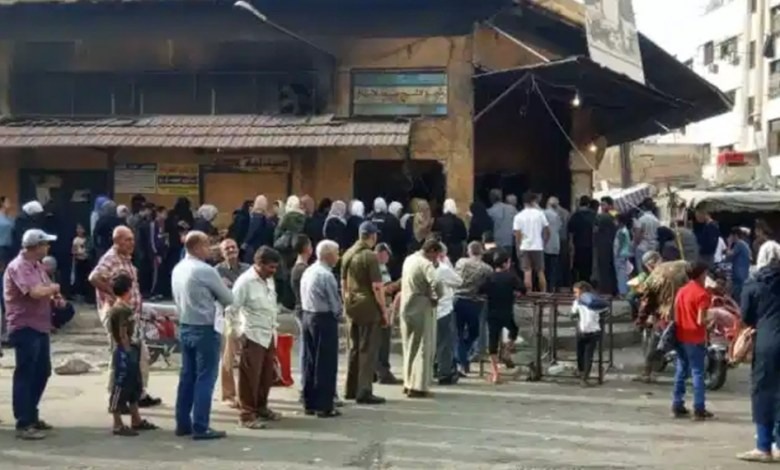 """mmaqal 53 1140x570 1 - شاهد.. الأمن يعتـ.قل امـ.ـرأة بعد أن شـ.تمت """"بشار الأسد"""" خلال وقوفها على طابور الخبز"""
