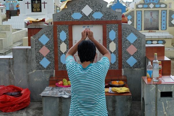 Ceng Beng, Berdoa di Makam (foto dokpri)