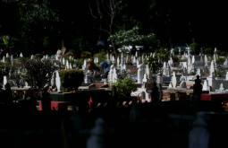 MUAR 05 JULAI 2016. Sebahagian daripada masyarakat beragama islam mengambil kesempatan menziarah kubur ahli keluarga yang telah meninggal dunia pada hari terakhir bulan ramadan sebelum menyambut hari raya yang akan disambut pada hari esok di Tanah Perkuburan Islam Bakri, Muar. Foto Syarafiq Abd Samad