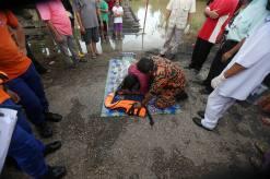 LEDANG 07 FEBRUARY 2016. Bapak mangsa, Hamid Hasan ditenangkan oleh anggota Bomba dan penyelamat selepas melihat jenazah anaknya yang lemas di parit Kampung Tanjung Labuh, Ledang. Foto Syarafiq Abd Samad