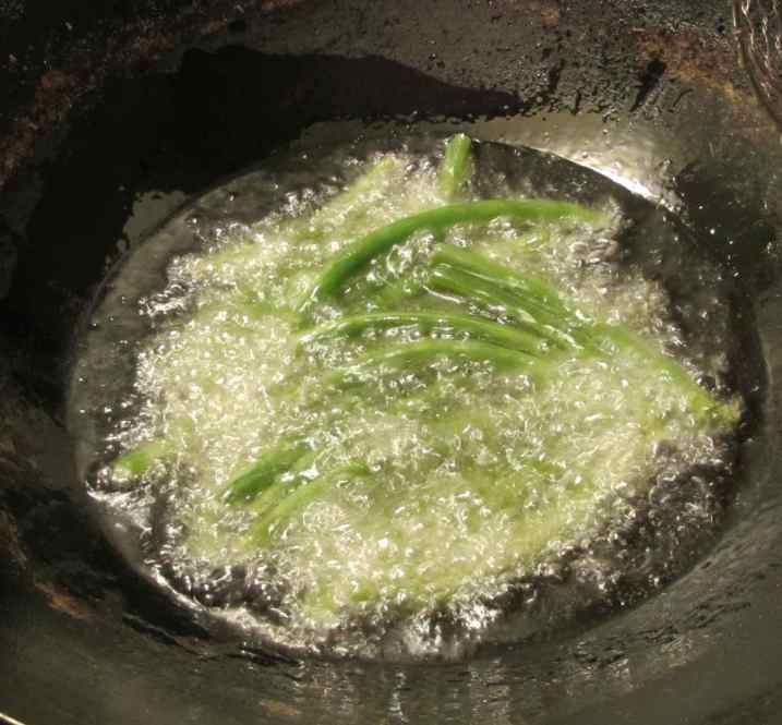 Pre-cooking green beans by deep-frying