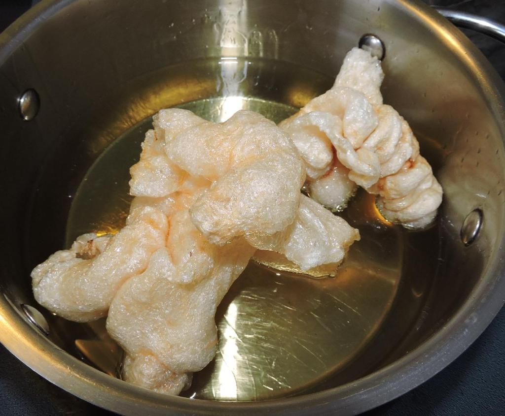 Making 'Puffed' Fish Maw at home by Deep-frying.