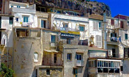 Domy na nabrzeżu w Cefalu