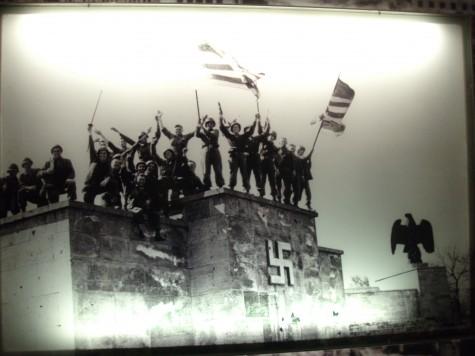 Amerikanerne inntar Nürnberg og sprenger hakekorset på kongresshallen i lufta!
