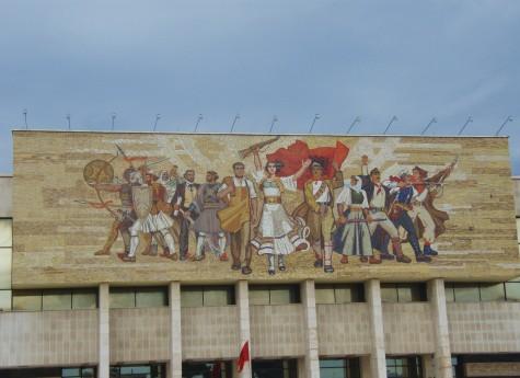 Revolusjonær kunst over det historiske museum i Tirana.