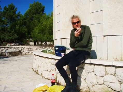 Lunsj ved et jugoslavisk minnesmerke etter den 2. verdenskrig.