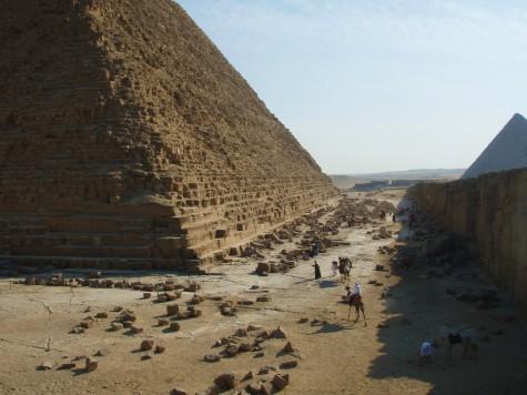 Se opp for løse steiner! Det er forbudt å klatre på pyramidene!
