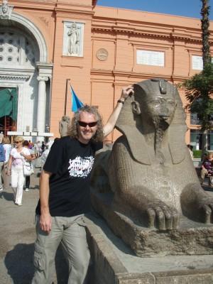 Her egyptolog Mr. Wedul foran det historiske museum i Kairo!