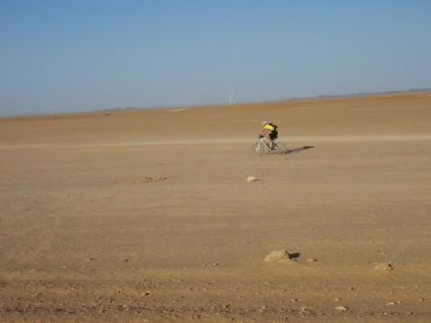 Noen liker off-road best og tar en økt i ørkenen!