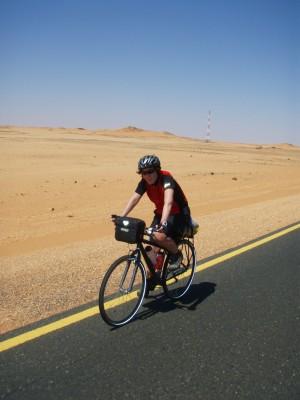 Hilde i godt driv gjennom ørkenen i Sudan!