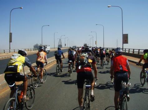 Sykling i konvoi de siste 40 km. inn til Khartoum.