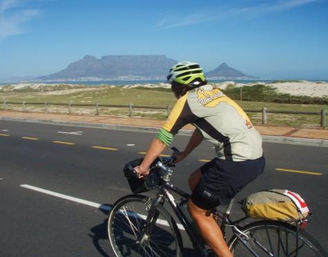 Hilde titter forventningsfullt mot Table Mountain!