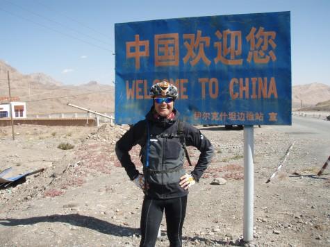 På vei til Beijing! Her på grensa mellom Kirgisistan og Kina 3000 m.o.h. Og kun 5500 km. igjen!