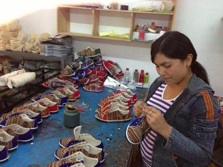Każdy but Inkkas jest w 100% produkowany przez lokalnego rzemieślnika w Peru