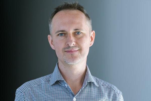 Konrad Gurdak, strateg, marketer, namingowiec z 20-to letnim doświadczeniem branżowym. Agencja namingowa Syllabuzz.pl