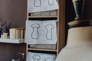 fiche de mesure en atelier couture Lyon, couturière robe de mariée Lyon