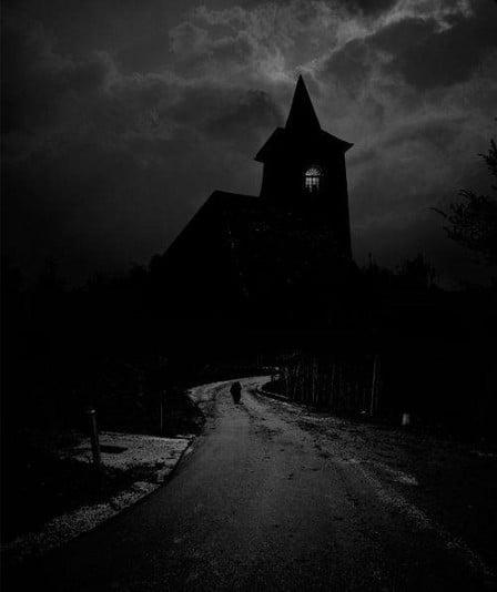 eglise sombre nuit