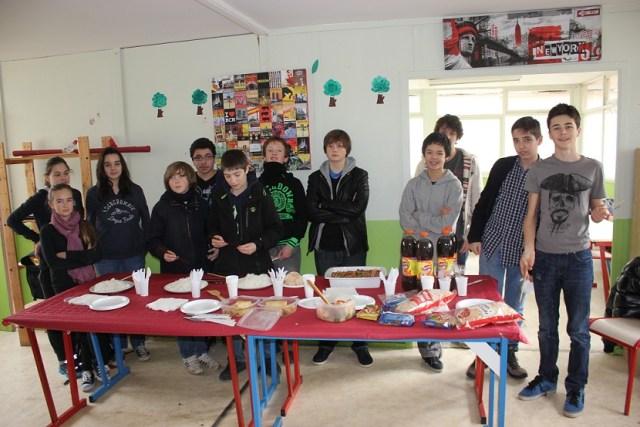 Quelques collégiens autour du déjeuner chinois.